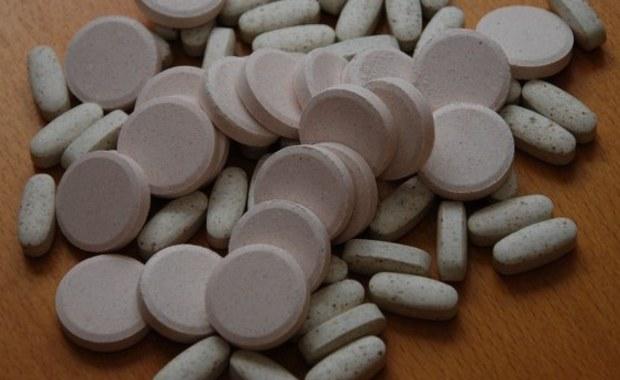 Ponad sto milionów złotych rocznie Polacy wydają na sfałszowane leki! To alarmujący wiosek z raportu Urzędu Rejestracji Produktów Leczniczych, Wyrobów Medycznych i Produktów Biobójczych. Co setne opakowanie leku sprzedawanego w naszym kraju może być podrobione. Eksperci ostrzegają, że fałszowane leki pojawiają się nie tylko w internecie, ale też w legalnym łańcuchu dystrybucji, w tym w aptekach, a nawet w szpitalach.