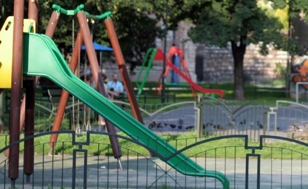 Drzewo runęło na plac zabaw w Nowym Sączu. Lekko ranna została jedna dziewczynka. Urządzenia, na których bawiły się dzieci, są zniszczone.