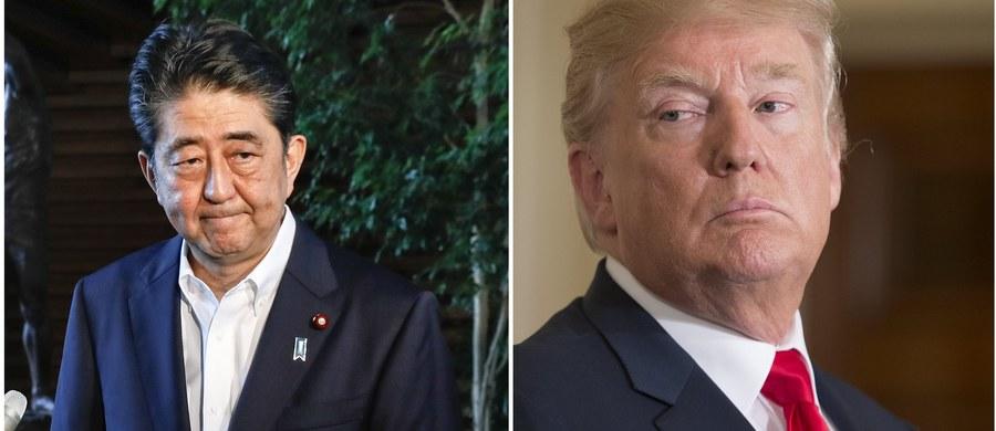 """Premier Japonii Shinzo Abe poinformował, że podczas rozmowy telefonicznej z prezydentem USA Donaldem Trumpem obie strony zdecydowały zwiększyć presję wywieraną na Koreę Północną. """"Stany Zjednoczone są na 100 proc. z Japonią"""" - zapewnił Trump. Abe i Trump podkreślili w trakcie rozmowy, że dla rozwiązania problemów wynikających z prób jądrowych i balistycznych KRLD """"nieodzowna jest współpraca z Chinami oraz z Rosją"""". Uznali też, że """"czas rokowań dobiegł już właściwie końca""""."""