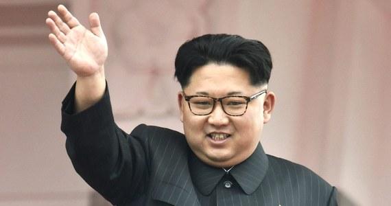 Przywódca Korei Północnej Kim Dzong Un na początku roku po raz trzeci został ojcem - podała agencja Yonhap, powołując się na południowokoreańską agencję wywiadowczą (NIS). Żona przywódcy przez kilka miesięcy w 2016 roku nie pokazywała się publicznie.