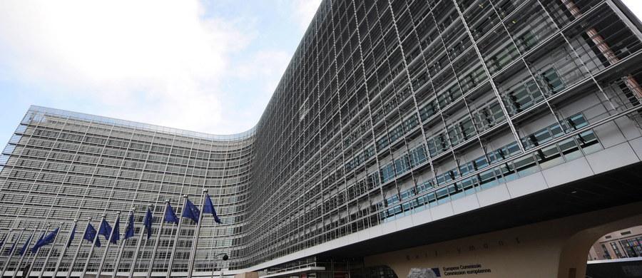"""Komisja Europejska odrzuciła przedstawione przez Polskę stanowisko, według którego Komisja nie ma prawa ingerować w polski system sądownictwa. """"Ramy procedury praworządności ustalają, jak Komisja powinna zareagować, jeśli pojawią się wyraźne zagrożenia dla praworządności w państwie członkowskim. KE uważa, że jest takie zagrożenie dla praworządności w Polsce"""" - powiedziała we wtorek na konferencji prasowej w Brukseli rzeczniczka KE Vanessa Mock."""