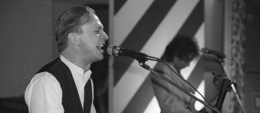 """60 lat temu, 29 sierpnia 1957 r. w Tczewie urodził się Grzegorz Ciechowski - muzyk, wokalista, lider zespołu Republika. Był poetą, a muzykę rockową wybrał jako dziedzinę sztuki, w której tę poezję najlepiej się przedstawia – mówi o nim Leszek Gnoińsk – dziennikarz muzyczny i autor książki """"Republika. Nieustanne tango""""."""
