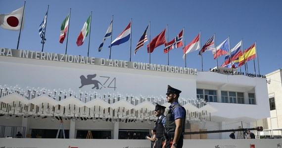 Przy zaostrzonych środkach bezpieczeństwa w Wenecji rozpocznie się w środę 74. międzynarodowy festiwal filmowy. W głównym konkursie o nagrodę Złotego Lwa ubiegać się będzie 21 filmów. Nie ma wśród nich żadnego obrazu z Polski.