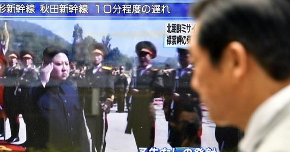 Oficjalna agencja prasowa Korei Płn. KCNA potwierdziła dokonanie wtorkowej próby z rakietą średniego zasięgu Hwasong-12, która przeleciała nad terytorium Japonii i spadła do Pacyfiku. Test to odpowiedź na amerykańsko-południowokoreańskie manewry w regionie. Premier Japonii Shinzo Abe i prezydent Korei Płd. Mun Dze In uzgodnili, że w tej sytuacji będą domagać się od ONZ ostrzejszej rezolucji wobec Pjongjangu.