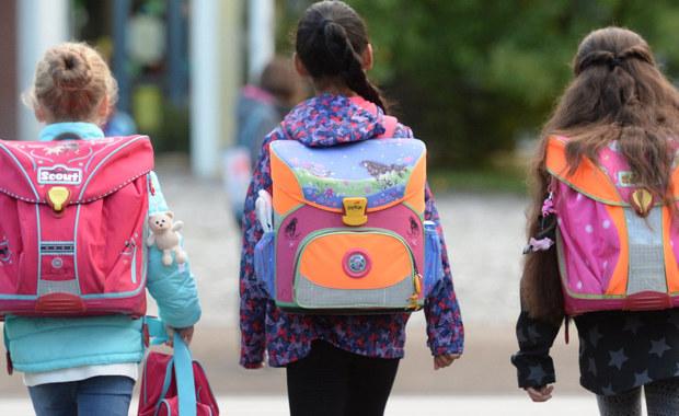 Niemal połowa dzieci w wieku wczesnoszkolnym nosi za ciężkie plecaki - wynika z badania Głównego Inspektora Sanitarnego. W większości przypadków wynikało to z tego, że dzieci noszą w nich nie tylko podręczniki i zeszyty, ale także rzeczy niepotrzebne.