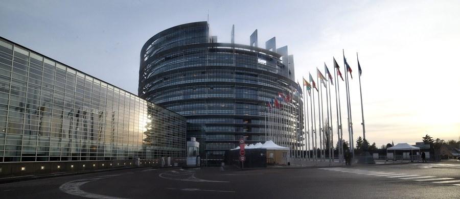 Podwyższona ranga czwartkowego spotkania z udziałem wiceszefa KE Fransa Timmermansa i eurodeputowanych na Komisji ds. Wolności Obywatelskich (LIBE) w Parlamencie Europejskim. PIS i PO wysyłają na spotkanie swoich liderów, choć nie są oni członkami tej komisji. Jak donosi dziennikarka RMF FM Katarzyna Szymańska-Borginon, trwają ostatnie przygotowania do spotkania, które rozpoczęło się o godzinie 9 rano.