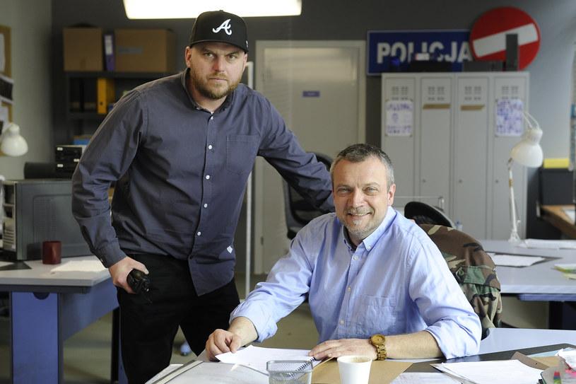 """W podwarszawskim Piasecznie trwają zdjęcia do paradokumentalnego serialu TVP1 """"Komisariat"""". - Większość scenariuszy powstaje na bazie prawdziwych zdarzeń, po które sięgamy do akt policyjnych i sądowych"""" - mówi reżyser serialu Michał Węgrzyn."""