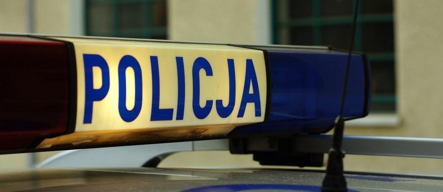 Prokuratura Rejonowa w Suwałkach (Podlaskie) postawiła 18-latkowi zarzuty posiadania narkotyków i udzielenia ich 14-latce, którą znaleziono zamkniętą w piwnicy bloku na osiedlu Północ w Suwałkach. Śledczy nie postawili mu zarzutu pozbawienia wolności poszkodowanej.