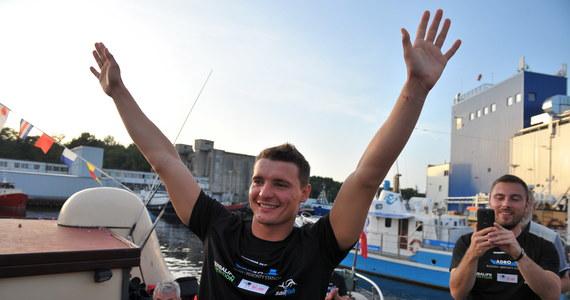 Pływak Sebastian Karaś, który jako pierwszy na świecie pokonał Bałtyk wpław, wrócił w środę wieczorem do Polski. Na nabrzeżu z szampanem czekała najbliższa rodzina, przyjaciele oraz mieszkańcy Kołobrzegu.
