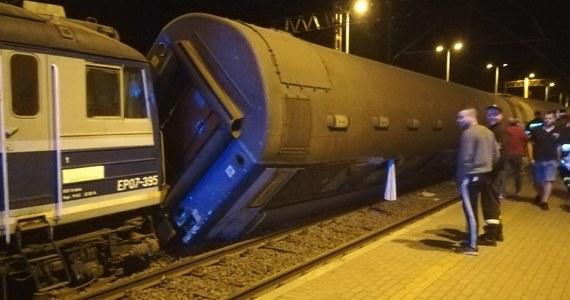 Dwa pociągi - osobowy i towarowy - zderzyły się tuż przed godziną 22 na stacji w Smętowie Granicznym w woj. pomorskim. Jak informują służby ratunkowe, w wyniku zdarzenia poszkodowanych zostało 28 osób - w tym kilkoro dzieci. Mają jedynie lekkie obrażenia. Ranni są już w szpitalach w Kwidzynie, Starogardzie, Grudziądzu i Gdańsku. Wstrzymany został ruch na trasie Tczew - Bydgoszcz.