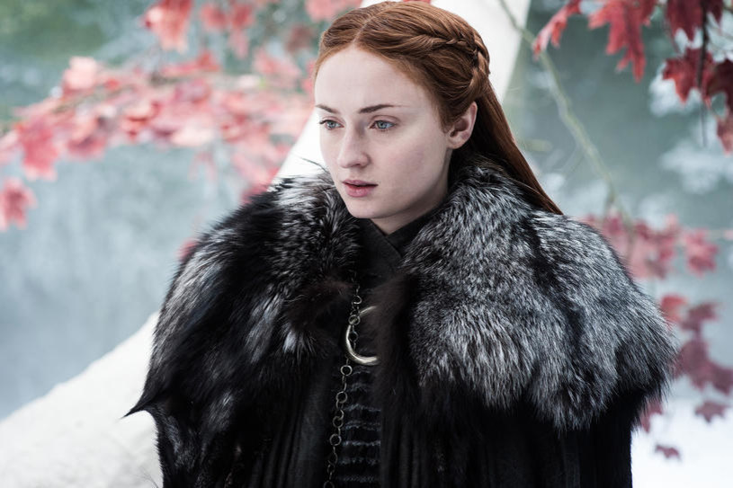 """Gwiazda serialu """"Gra o tron"""" Sophie Turner broni przed fanami decyzji o uśmierceniu w ostatnim odcinku siódmego sezonu lorda Petyra Baelisha."""