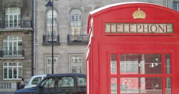 Londyńska policja metropolitalna poinformowała, że 26-letni Mohiussunnath Choudhury z Luton, który w ubiegły piątek został aresztowany z ponadmetrowym mieczem w pobliżu Pałacu Buckingham, usłyszał zarzut planowania ataku terrorystycznego.