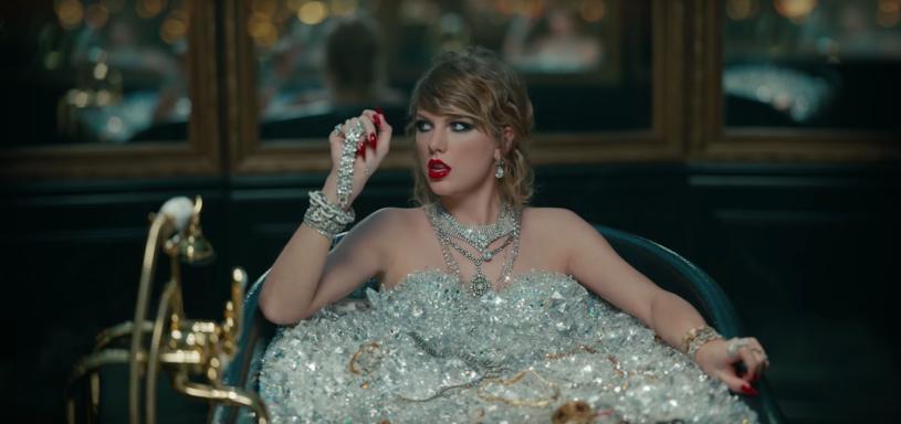 """Stylista Taylor Swift, Jopseh Cassell Falconer, przyznał, że w teledysku """"Look What You Made Me Do"""" wykorzystano biżuterię o równowartości 10 milionów dolarów."""
