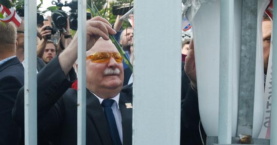 """Oddaliśmy wolność nie do końca przygotowanej demokracji; teraz musimy się porozumieć, co zrobić, bo polskie zwycięstwo jest niszczone - powiedział Lech Wałęsa podczas uroczystości w 37. rocznicę Sierpnia '80 organizowanych przez KOD. Stawiam się do dyspozycji - dodał. Były prezydent i pierwszy przewodniczący NSZZ """"Solidarność"""" wziął udział w czwartkowym wiecu zorganizowanym na terenie byłej stoczni w Gdańsku między Europejskim Centrum Solidarności a Salą BHP. Wiec był ostatnią częścią obchodów 37. rocznicy podpisania Porozumień Sierpniowych zorganizowanych przez organizacje pozarządowe i stowarzyszenia, głównie przez KOD."""
