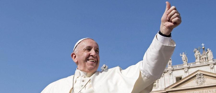 Papież Franciszek wyznał, że prawie 40 lat temu chodził do psychoanalityka. Raz w tygodniu przez pół roku. Opowiedział o tym w książce, która ma się ukazać 6 września we Francji i jest zapisem rozmów, jakie przeprowadził z nim socjolog Dominique Wolton.