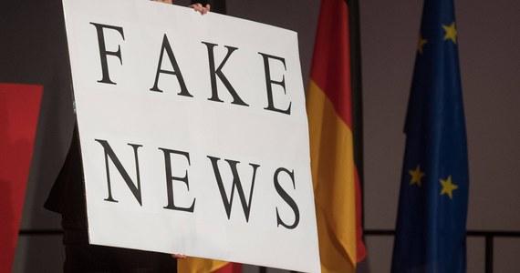 """""""Nasze pokolenie przyzwyczaiło się kiedyś, że w tym, co podają gazety, musi być choć część prawdy i raczej trudno byłoby uwierzyć, że mogą być publikacje składające się wyłącznie z kłamstw. A teraz są strony internetowe, które nie publikują słowa prawdy."""" – zauważa z przerażeniem Chris Zappone, australijski bloger. Z analitykiem języka propagandy i dezinformacji rozmawiali dziennikarze RMF FM – Grzegorz Jasiński i Bogdan Zalewski."""