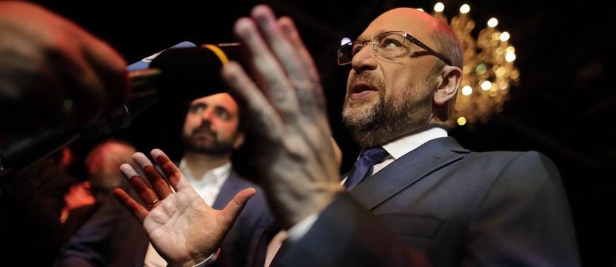 Kandydat SPD na kanclerza Martin Schulz podczas telewizyjnej dyskusji przedwyborczej z Angelą Merkel zarzucił Polsce i Węgrom, że odmawiając przyjęcia uchodźców uniemożliwiają powstanie europejskiej polityki migracyjnej. Zagroził też konsekwencjami finansowymi.