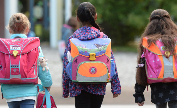 """Wielu pierwszoklasistów, którzy już jutro pomaszerują po raz pierwszy do szkoły, poniesie na plecach tornistry wyładowane ponad ich siły. Lekarze zwracają uwagę, że w przyszłości odbije się to na ich zdrowiu - pisze dzisiejsze wydanie """"Gazety Polskiej Codziennie""""."""