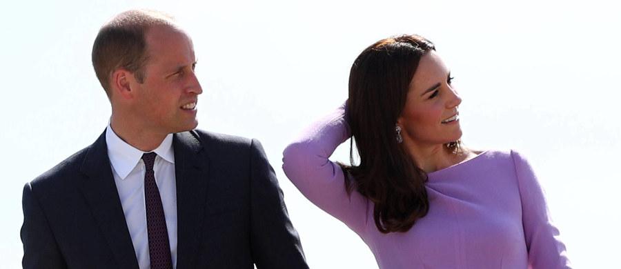 Pogłoski się potwierdziły: brytyjska para książęca Kate i William oczekują swego trzeciego dziecka! O ciąży Kate poinformował właśnie oficjalnie Pałac Kensington. Przypomnijmy, uwielbiana przez Brytyjczyków książęca para ma już czteroletniego synka George'a i dwuletnią córeczkę Charlotte.