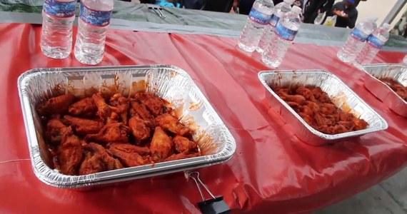 """220 piekielnie ostrych skrzydełek w 12 minut! Taki wynik osiągnął Joey Chestnut podczas festiwalu """"Buffalo Wing"""". Impreza polega na jedzeniu ostrych potraw na czas."""
