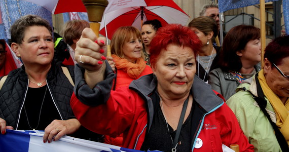 """""""Nie dla reformy edukacji"""" – pod takim hasłem pikietują w Warszawie przed siedzibą Ministerstwa Edukacji Narodowej nauczyciele i rodzice, którzy są przeciwni zmianom w oświacie."""