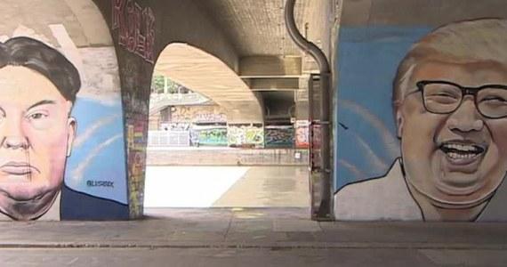 Australijski artysta graffiti wpadł na pomysł, by przedstawić na muralu światowych przywódców w nietypowy sposób. Lush Sux zamienił fryzury Kim Dzong Una i Donalda Trumpa. Jego dzieło można podziwiać pod jednym z wiedeńskich wiaduktów. Lush Sux znany jest z murali przedstawiających aktualne problemy w humorystyczny sposób.