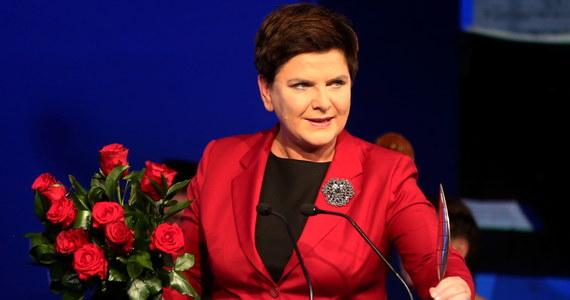 """""""Stawiając na 500 plus ponosiliśmy ryzyko; okazało się jednak, że mieliśmy rację, że wydatki się na świadczenia zwracają się, a gospodarka już dzisiaj odnosi korzyści z programu"""" - powiedziała w Krynicy premier Beata Szydło. Jak dodała, z diagnozy przygotowanej przez PiS jeszcze przed wyborami, """"jasno wynikało"""", iż jeżeli da się """"szansę polskiej rodzinie"""" i na nią się postawi, """"rozwiąże się bardzo dużo innych problemów""""."""