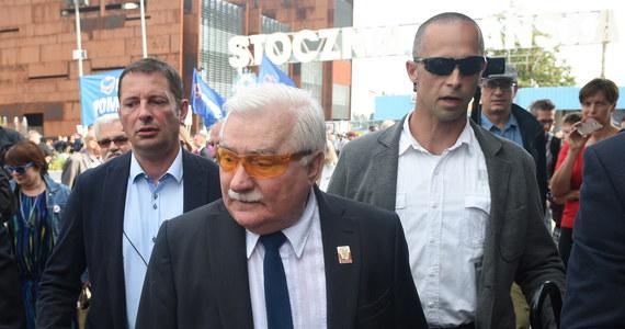 """Lech Wałęsa zrzekł się nagrody Człowieka Roku, którą w 2004 roku przyznano mu na Forum Ekonomicznym organizowanym w Krynicy. O swojej decyzji były prezydent poinformował na portalu społecznościowym. We wtorek tytuł otrzymała premier Beata Szydło. """"Uprzejmie informuję, że zrzekam się nagrody Człowieka Roku przyznanej mi przez Forum Ekonomiczne w 2004"""" - napisał były prezydent na Facebooku."""