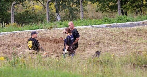 Szczątki 14 ciał znaleziono na terenie byłego obozu niemieckiego Gross Rosen w Rogoźnicy na Dolnym Śląsku. Na masowy grób na terenie obecnego muzeum trafiono w czasie zaplanowanych prac konserwatorskich. Brali w nich udział specjaliści z Instytutu Pamięci Narodowej, ponieważ miejsce prac, jako zbiorową mogiłę, wskazał w swoich zeznaniach były więzień obozu.