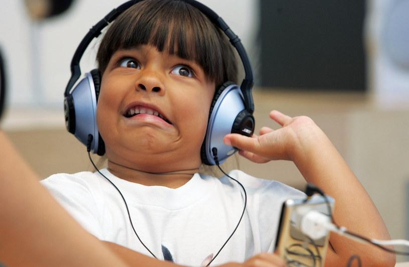 Badania przeprowadzone przez pewnego doktoranta z Uniwersytetu Południowej Kalifornii wykazały, że ludzie, u których przy słuchaniu muzyki pojawia się gęsia skórka, pozostają w większym kontakcie ze swoimi emocjami.