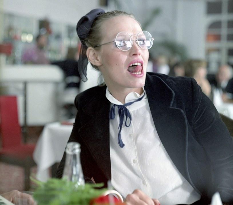 """Dziś telewizyjna widownia rozpoznaje ją z ról w popularnych serialach (""""Przepis na życie"""", """"Aida"""", """"Krew z krwi""""), gdzie najczęściej wciela się w postaci matek głównych bohaterek - jednak obchodząca 65. urodziny Iwona Bielska w latach 80. grała główne role w kilku pamiętnych filmach. Aktorka ma za sobą również długą karierę na teatralnych scenach całej Polski."""