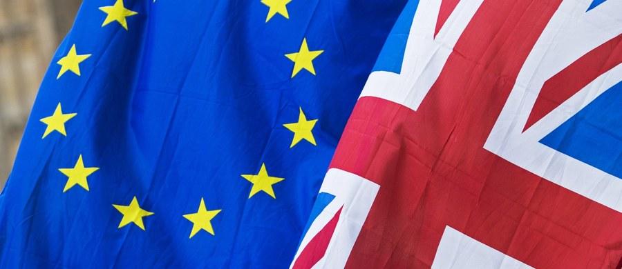 Kancelaria brytyjskiej premier Theresy May przygotowała list, który mieliby podpisać przedstawiciele najważniejszych spółek w kraju, wyrażając publicznie poparcie dla rządowej strategii ws. wyjścia z Unii Europejskiej - ujawniła telewizja Sky News.