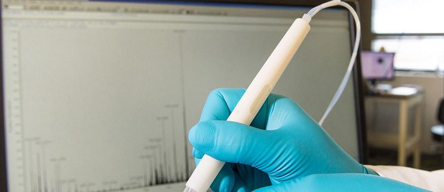 """Naukowcy i inżynierowie z  University of Texas w Austin obiecują przełom w chirurgii nowotworowej. Skonstruowali urządzenie, które w ciągu zaledwie kilku sekund wskazuje chirurgowi chorą tkankę, co pozwala wykonywać bardziej precyzyjne zabiegi. Aparatura o nazwie MasSpec Pen, opisana w najnowszym numerze czasopisma """"Science Translational Medicine"""", faktycznie przypomina pióro lub długopis, połączony ze spektrometrem masowym. Z jego pomocą rozpoznaje produkty przemiany materii w komórkach i w ten sposób rozróżnia chorą i zdrową tkankę."""