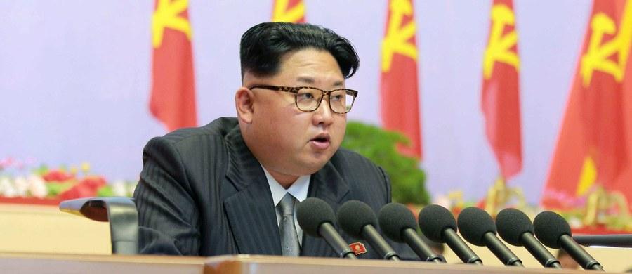 """Korea Północna ostrzegła USA, że zastosuje ostre retorsje, jeśli Waszyngton przyczyni się do wprowadzenia nowych sankcji z powodu jej programu rakietowego lub będzie naciskał na Pjongjang. Korea oskarżyła także Stany Zjednoczone o dążenie do wojny. """"Odpowiemy na barbarzyńskie spiski wokół sankcji i na presję ze strony USA naszymi potężnymi środkami zaradczymi"""" - głosi oświadczenie północnokoreańskiej delegacji, biorącej udział w 3. Wschodnim Forum Ekonomicznym we Władywostoku."""