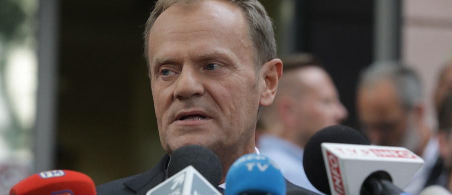 Donald Tusk będzie wezwany na świadka w procesie w sprawie organizacji lotu z 10 kwietnia 2010 r., w którym oskarżony jest między innymi były szef kancelarii premiera Tomasz Arabski - poinformował Sąd Okręgowy w Warszawie. Przesłuchanie Tuska miałoby nastąpić na koniec procesu.