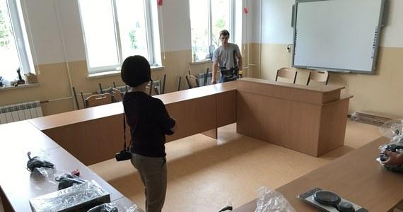 Ciemna, zimna sala z dziurawą podłogą w szkole podstawowej w Bukowinie na Lubelszczyźnie zmienia się w nowoczesną pracownię językową. To dzięki charytatywnej akcji Lepsze Jutro z RMF FM. Wielkie otwarcie i pierwsze lekcje odbędą się już w poniedziałek. To jedna z pięciu specjalistycznych pracowni, które uruchamiamy w całej Polsce.
