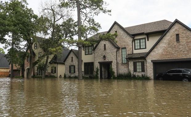 Senat USA zatwierdził wczoraj 15,3 mld dol. - prawie dwa razy więcej niż proponował Biały Dom - na pomoc ofiarom huraganu Harvey. Ustawa Senatu przewiduje także podniesienie limitu zadłużenia rządu i dalsze finansowanie jego działalności do 8 grudnia.