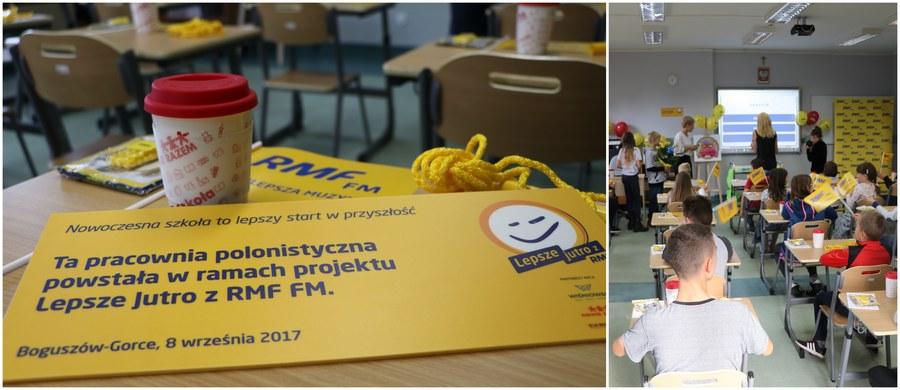 """""""Nowoczesna szkoła to lepszy start w przyszłość""""! Takie hasło przyświeca tegorocznej akcji charytatywnej Lepsze Jutro z RMF FM. W ramach projektu wyposażamy szkoły w nowoczesne pracownie przedmiotowe. Dziś uczniom ze szkoły w Boguszowie-Gorcach oddajemy multimedialną klasę do nauki języka polskiego!"""
