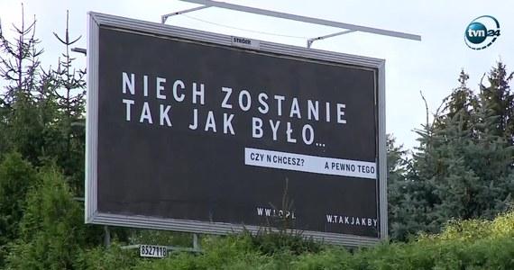 """Hasło kampanii Polskiej Fundacji Narodowej """"Niech zostanie tak jak było"""" jest opisem mało znanego fizyce uskoku czasoprzestrzeni. Uznaje faktyczną nieciągłość czasu, poddanego działaniu zjawisk politycznych. Efekt łamie zasady logiki i interpunkcji języka polskiego."""