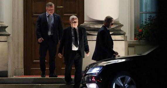 Prawie 2,5 godziny trwało spotkanie prezydenta Andrzeja Dudy z prezesem PiS Jarosławem Kaczyńskim. Lider PiS opuścił Belweder ok. godz. 20:20. Kilka minut później do podstawionego samochodu wsiadł prezydent.