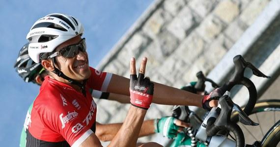 Hiszpan Alberto Contador z grupy Trek wygrał 20., przedostatni etap wyścigu kolarskiego Vuelta a Espana z Corvera de Asturias do Alto de L'Angliru o długości 117,5 km. Koszulkę lidera zachował Brytyjczyk Chris Froome (Sky). Sobotni, deszczowy etap był jednym z najtrudniejszych w całym wyścigu. Końcowy podjazd liczył 12,5 km ze średnim przewyższeniem 9,8 proc. W niektórych fragmentach nachylenie trasy przekraczało nawet 20 proc.