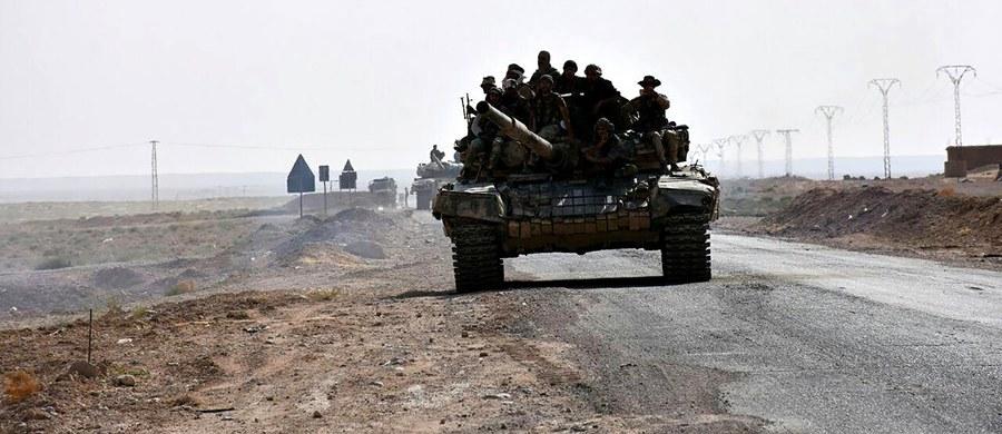 Syryjskie siły rządowe odbiły z rąk Państwa Islamskiego zajęte przezeń kilka lat temu lotnisko na przedmieściach Dajr az-Zaur na wschodzie Syrii - podały syryjskie media, powołując się na dowódcę jednostek wiernych Baszarowi el-Asadowi. W piątek wieczorem rosyjskie siły lotnicze przeprowadziły w okolicy lotniska zmasowany nalot.