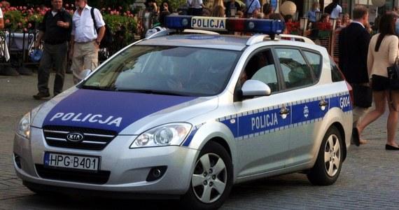 W mieszkaniu przy ulicy Estery w Krakowie strażacy po wyważeniu drzwi znaleźli w pokoju martwą kobietę. 26-latka leżała na łóżku. Miała ranę ciętą szyi, rany obu rąk oraz rozcięty brzuch. Obok na podłodze leżał martwy mężczyzna ze śladami krwi na rękach.