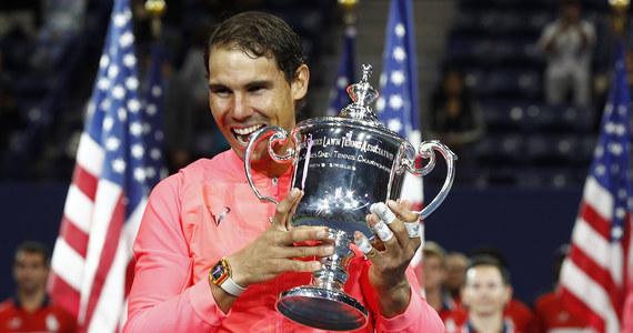 """Lider światowego rankingu Rafael Nadal pokonał rozstawionego z """"28"""" Kevina Andersona z RPA 6:3, 6:3, 6:4 w finale turnieju US Open. 31-letni hiszpański tenisista wywalczył 16. tytuł wielkoszlemowy, a w Nowym Jorku triumfował po raz trzeci w karierze. Choć Nadal i Anderson są rówieśnikami, to ich kariery i osiągnięcia znacząco się różnią. Faworytem był zdecydowanie Hiszpan, który miał do niedzieli na koncie 73 wygrane imprezy, podczas gdy starszy zaledwie o 16 dni zawodnik z RPA może pochwalić się... trzema takimi sukcesami."""