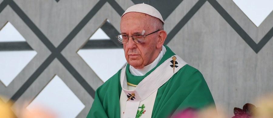 """Papież Franciszek zakończył wizytę w Kolumbii i w nocy z niedzieli na poniedziałek polskiego czasu wyruszył w drogę powrotną do Rzymu. Ostatnim etapem jego pięciodniowej podróży była Cartagena, gdzie w porcie odprawił mszę. Celem wizyty w Kolumbii było wsparcie procesu pokojowego oraz pojednania narodowego po ponad pół wieku wojny domowej i podpisaniu porozumienia z lewacką partyzantką. Hasłem papieskiej pielgrzymki były słowa: """"Zróbmy pierwszy krok""""."""