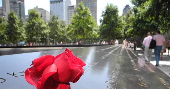 """""""Kiedy byłam już po drugiej stronie mostu Brooklyńskiego, zaczęła się walić """"moja"""" wieża. Nie mogłam na to patrzeć, słyszałam tylko krzyk ludzi. Kiedy po chwili odwróciłam się w tamtą stronę, Manhattan był jednym wielkim kłębowiskiem dymu, a wieże zniknęły z horyzontu"""" – podczas krótkiego pobytu w Polsce opowiada Leokadia Głogowska, Polka, która przeżyła atak na World Trade Center."""