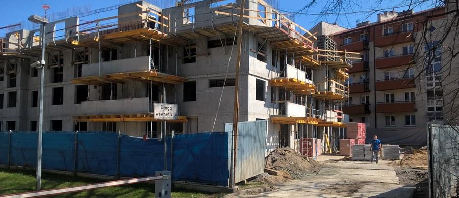 """Rząd chce określić minimalną powierzchnię użytkową mieszkań. Propozycja nie wszystkim się podoba - pisze """"Puls Biznesu""""."""
