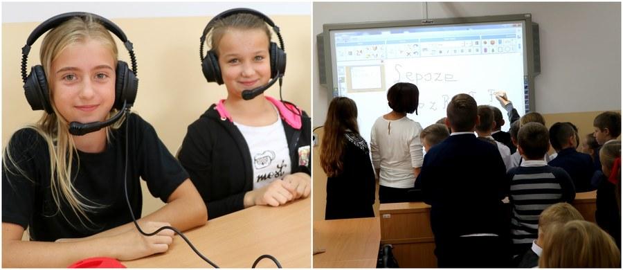 """Wielki finał charytatywnej akcji Lepsze Jutro z RMF FM w Bukowinie w gminie Biszcza na Lubelszczyźnie! Znajdująca się w tej niewielkiej miejscowości szkoła podstawowa zyskała supernowoczesną, w pełni multimedialną pracownię językową. Nauczyciele i uczniowie mogą korzystać w niej z niedostępnych wcześniej pomocy naukowych. W pracowni może uczyć się jednocześnie 18 uczniów, którzy w czasie lekcji mogą korzystać m.in. z interaktywnej tablicy z projektorem multimedialnym i słuchawek z mikrofonem, pozwalających im komunikować się z nauczycielem. """"Jest zupełnie inne zaangażowanie uczniów. Mam nadzieję, że taki entuzjazm utrzyma się na długo"""" - powiedziała nam w czasie pierwszej lekcji w nowej sali anglistka pani Anna Schab."""