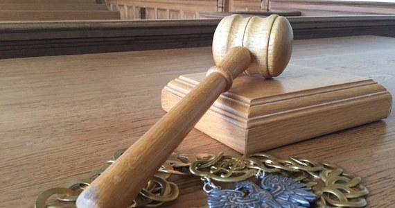 Przed łódzkim sądem okręgowym rozpoczął się proces mężczyzny, który oblał 39-letnią kobietę kwasem siarkowym. Do zdarzenia doszło w budynku jednego z łódzkich sądów rejonowych.