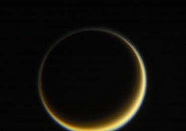 """Pożegnalny pocałunek"" sondy Cassini z Tytanem"